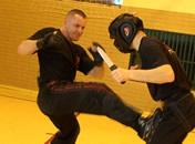 Jak bronić się przed okrężnym atakiem nożem - Krav Maga