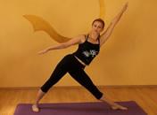 Jak wykonać pozycję trójkąta w jodze (Utthita Trikonasana)