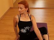 Jak wykonać skręt w siadzie (Parivrtta Sukhasana)