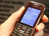 Jak włożyć kartę DualSim do telefonu Nokia e51