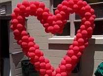 Jak wykonać dekorację z balonów w kształcie serca
