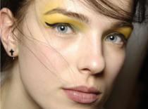 Jak wykonać makijaż z użyciem złotych i błyszczących cieni