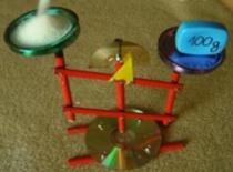 Jak zrobić wagę z ołówków, płyt CD i kilku śrubek