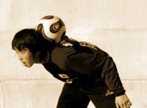 Jak nauczyć się trzymać piłkę na karku