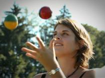 Jak nauczyć się żonglować piłeczkami
