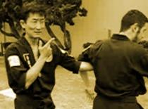 Jak powalić przeciwnika łapiąc za jego łokieć