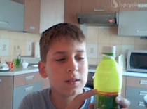 Jak wykonać dowcip z psikającą butelką
