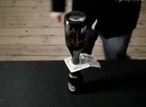 Jak wyciągnąć banknot umieszczony między butelkami