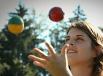 Jak nauczyć się żonglować 3 piłkami