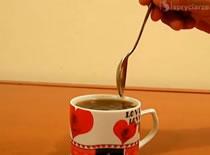 Jak zrobić żart w biurze - odwrócony kubek z kawą