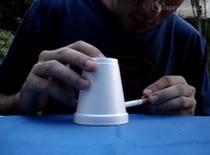 Jak wykonać zakład z papierosem i kubkiem