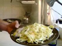 Jak zrobić Tagliatelle z wędzonym kurczakiem i warzywami