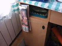Jak zrobić wieszak na gazety przy szafce