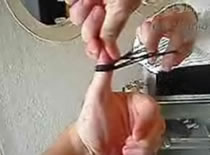 Jak wykonać sztuczkę z uwięzionym kciukiem