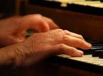 Jak nauczyć się prostych akordów na pianinie