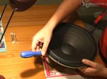 Jak naprawić głośnik - wymiana zawieszenia górnego
