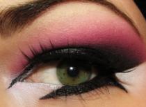 Jak zrobić intensywny makijaż na imprezę - róż i fiolet