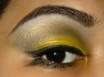 Jak zrobić jasno perłowy makijaż w stylu kociego oka