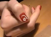 Jak zrobić białe kwiatki na czerwonych paznokciach