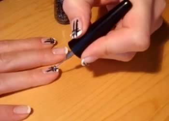 Jak zrobić czarne kratownice z oczkiem na paznokciach