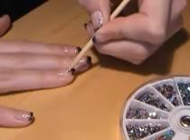 Jak zrobić czarno różowe zdobienia na paznokciach