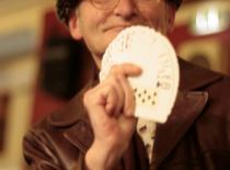 Jak wykonać sztuczkę z dobieraniem kart