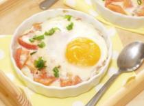 Jak zrobić jajko sadzone na pomidorach (zapiekane)