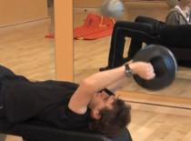 Jak wzmocnić klatkę piersiową - Przenoszenie ciężarów za głowę