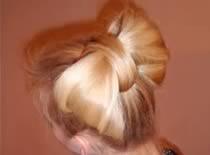 Jak zrobić kokardę z włosów w stylu Paris Hilton