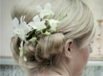 Jak zrobić fryzurę z kwiatami dla Panny Młodej