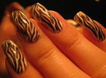 Jak zrobić motyw zebry na paznokciach metodą gazetową