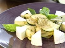 Jak zrobić sałatkę z kalarepy, cukinii i sera pleśniowego