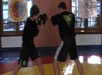 Jak wykonać obalenie po bloku i uderzenia w parterze w MMA