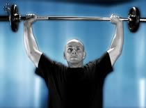 Jak ćwiczyć mięśnie barków - wyciskanie sztangi zza głowy