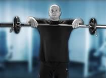 Jak ćwiczyć mięśnie barków - unoszenie sztangi wzdłuż tułowia