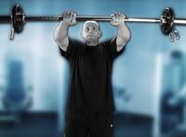 Jak ćwiczyć mięśnie barków - unoszenie sztangi przed sobą