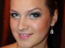 Jak zrobić makijaż studniówkowy idealny do małej czarnej