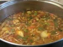 """Jak zrobić zupę """"niby-gulaszowa"""" z mnóstwem warzyw i opiekanym mięsem"""