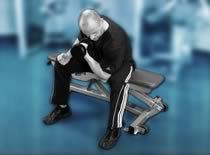 Jak ćwiczyć biceps - uginanie ręki w siadzie w podporze o kolano