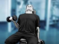 Jak ćwiczyć biceps - uginanie rąk w siadzie na ławce skośnej