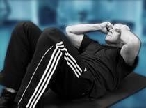 Jak ćwiczyć mięśnie brzucha - spięcia w leżeniu na macie