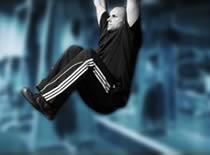 Jak ćwiczyć mięśnie brzucha - unoszenie nóg w zwisie na drążku