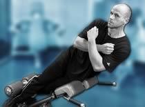 Jak ćwiczyć mięśnie brzucha - skłony boczne na ławce rzymskiej