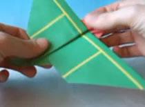Jak zrobić samolot z papieru z odwróconymi skrzydłami