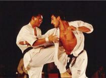 Jak bronić się w stylu Kyokushin - chwyt za ręce