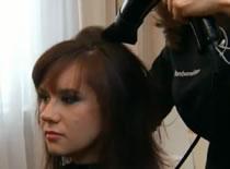 Jak zrobić fryzurę dodającą objętości na włosach wycieniowanych