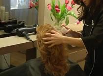 Jak zrobić luźne upięcie włosów kręconych