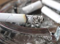 Jak zebrać popiół z papierosa (tzn. z obrusu)