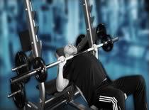 Jak ćwiczyć mięśnie klatki - wyciskanie sztangi na ławce skośnej