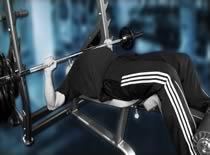 Jak ćwiczyć mięśnie klatki - wyciskanie sztangi na ławce głową w dół